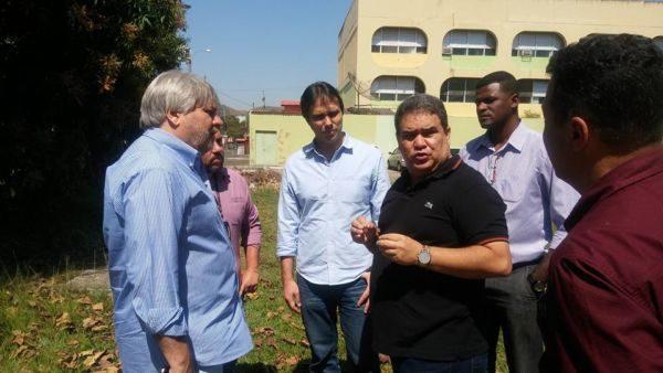 No local: Tostão fala com Granato e Zequinha durante visita ao bairro Califórnia