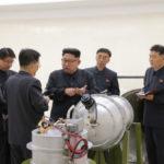Coreia do Norte: Foto divulgada por agência estatal de notícias, a KCNA, mostra Kim Jong-un supostamente inspecionando armas nucleares (Foto: EFE/EPA/KCNA/Direitos reservados)
