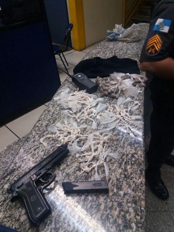 drogas e replica de arma abandonada bm