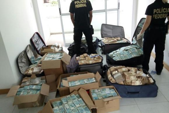 Descoberta: O dinheiro escasso no Brasil está nas malas dos políticos (Foto: Divulgação/Polícia Federal)