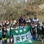 Atleta visita alunos da escolinha de futebol do Roselândia, em Barra Mansa   (foto: Julio Amaral)