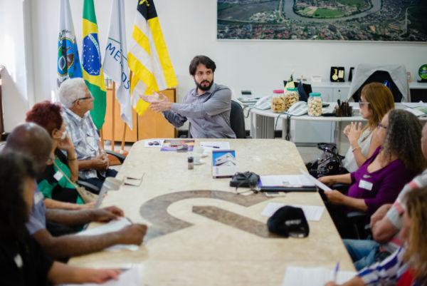 Debatendo: Sindicato Nacional dos Aposentados, Pensionistas e Idosos foi recebido pelo prefeito (Foto: Divulgação/Gabriel Borges)