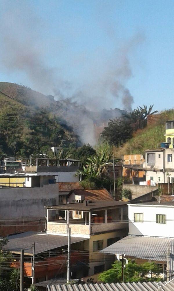 Fumaça pôde ser vista de longe durante incêndio que atingiu casa em Barra Mansa (Foto: Enviada por leitor via WhatsApp)