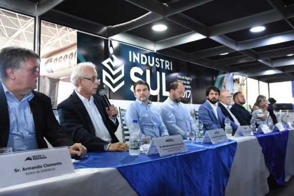 Da esquerda para a direita: Armando Clemente, Fafal, Maurício Pessôa, Maycon Abrantes, Samuca Silva, Alberto Mofati e  Adriana Silva, na mesa da abertura da Industrisul