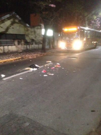 Lixo foi espalhado na rua em Resende.