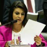 A deputada Mariana Carvalho lê denúncia da PGR contra o presidente  Temer