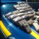 Drogas estavam em fundo falso no assoalho do carro (Foto: Cedida pela Polícia Rodoviária Federal)