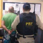Homem acusado de tráfico de drogas tinha mandado de prisão expedido pela 1ª Vara Criminal de Campinas/SP (Foto: Cedida pela Polícia Rodoviária Federal)