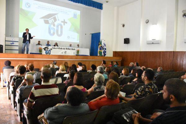 Pela 3ª idade: Deputado Deley de Oliveira, que participou da aula inaugural, destacou a importância do projeto (Foto: Paulo Dimas)