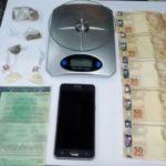 Tráfico de drogas: Foram apreendidos maconha, cocaína, além de dinheiro e balança de precisão (Foto: Cedida pela PM)