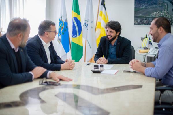 Conversa: Samuca, Maycon e Joselito falam com Pier Paolo Pavese sobre a chegada da nova empresa (Foto: Gabriel Borges)