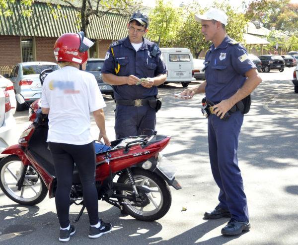 Guardas fiscalizam situação de motociclista em Volta Redonda (foto: Geraldo Gonçalves - Secon)