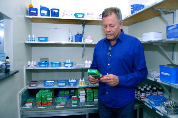 Secretário de Saúde: Sérgio Gomes explica que, além dos medicamentos disponíveis, foram feitas reformas e limpeza geral nas unidades de saúde (Foto: Chico de Assis)