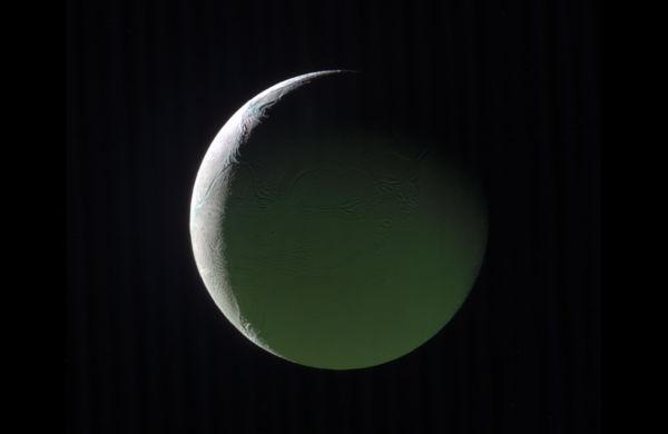 Bela: A lua de gelo em fase crescente