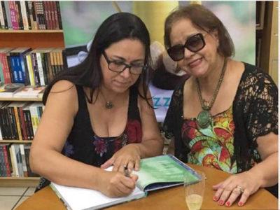 Carla Müller de Carvalho  autografando seu livro 'Sem Glúten contém afeto' para Graça Parente