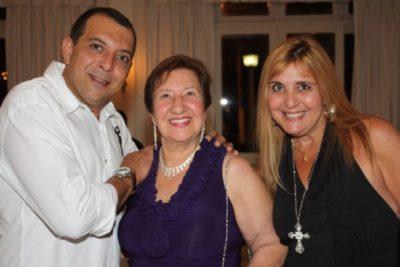 Vircia Annechino (aniversariante do dia) entre os filhos, empresários Carlos Annechino e Dine Annechino