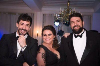 A jornalista Lanuza Madruga (aniversariante do dia)  entre os publicitários, seu cunhado  Davi Tedesco e  o marido Alcenor Tedesco, em noite de conquistas do Prêmio Cata Vento