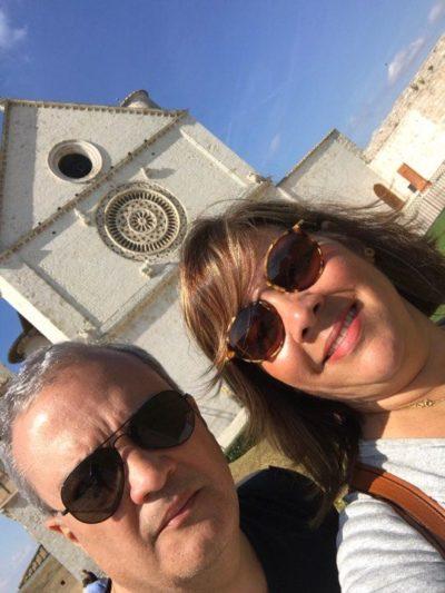 O empresário Marcelo Reis e Mônica Soares, visitando Assis, na Itália