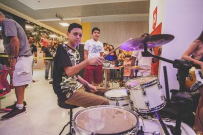 Integrantes da banda Pró Música Kids, fazendo sucesso