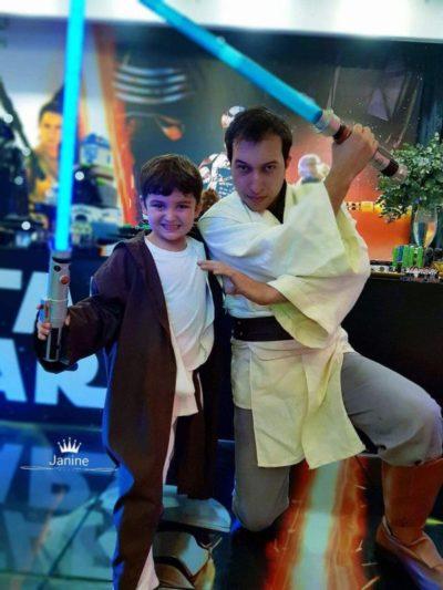 O aniversariante Luís Felipe treinando para o combate com Lord Vader