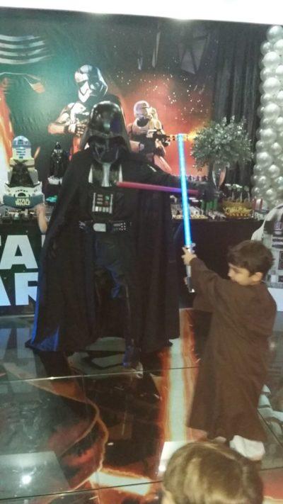 O aniversariante Luís Felipe no combate com Lord Vader