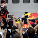 Max Verstappen celebra vitória em corrida com lances tumultuados