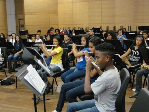 Música para todos: Projeto atende cerca de quatro mil alunos da pré-escola ao ensino médio (Foto: Júlio Amaral)