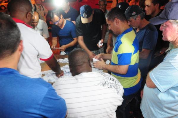 Estratégia: Trabalhadores decidem dar a autorização para o Sindicato dos Metalúrgicos negociar o turno de oito horas (Foto: Paulo Dimas)