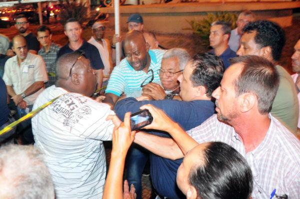 Confusão: Integrantes do sindicato e da oposição sindical se empurram durante apuração dos votos  (Foto: Paulo Dimas)