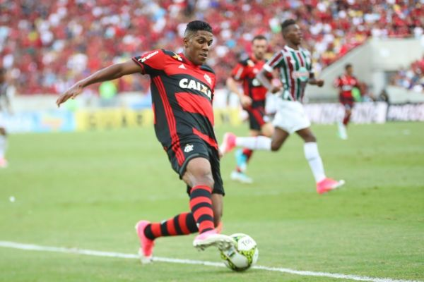 De fora: Berrío será operado nesta terça-feira e só poderá voltar aos gramados no ano que vem (Foto: Gilvan de Souza/Flamengo.com.br)
