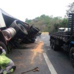 Via Dutra: Carreta transportando cerveja tombou no Km 222, em Piraí (Foto: Cedida pela PRF)