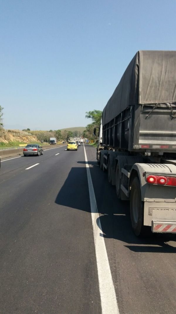Motociclista acusou caminhoneiro de o ter fechado de propósito (Foto: Cedida pela PRF)