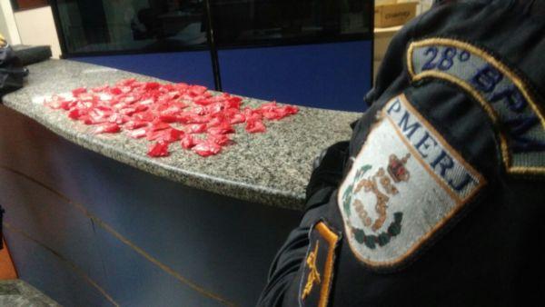 Cento e quarenta pinos de cocaína foram encontrados com adolescente no Jardim Belmonte (Foto: Cedida pela Polícia Militar)