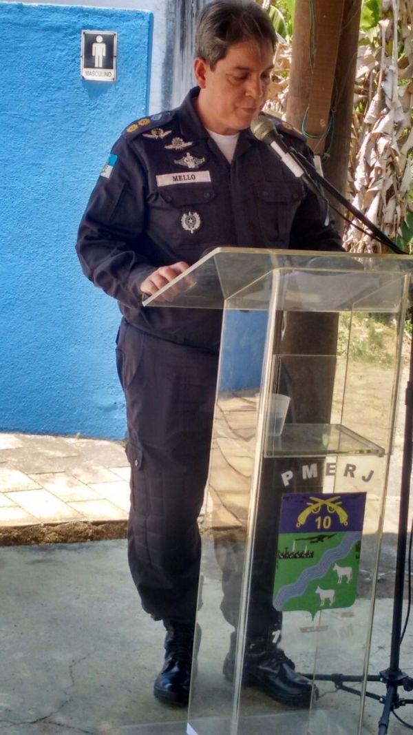 Comandante do 10º Batalhão de Barra do Piraí, Wagner Mello, faz homenagem a policiais (foto: Cedida pela PM)