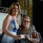 A coordenadora do PAB, Nea Mariozz, entrega a carteira à artesã Silvia Pietroluongo (Foto: Tomaz Silva/Agência Brasil)
