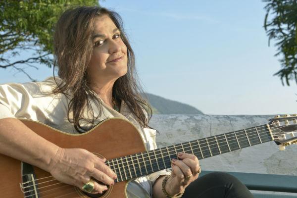 Sábado: Bia Bedran, com suas extraordinárias histórias e músicas, apresenta-se acompanhada do Bloco da Palhoça (Foto: Divulgação)