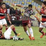 Henrique Dourado tenta se desvencilhar da defesa rubro-negra (Foto: Mailson Santana/Fluminense FC.)