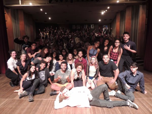 Encontro: Todos os artistas da Mostra de Cenas Curtas reunidos no palco do Teatro Municipal de Angra dos Reis (Foto: Laís Ribeiro)