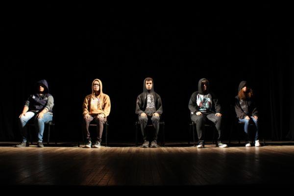 'Milk-Shakespeare': Em cena os cinco jovens atores que subiram pela primeira vez em um palco (Foto: Vitória CR)