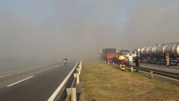 Fumaça invadiu a pista, prejudicando a visibilidade dos motoristas (Foto: Cedida pela PRF)