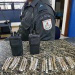 Rádios transmissores e trouxinhas de maconha foram apreendidas com jovem de 17 anos,  no bairro Monsuaba em Angra dos Reis (Foto: Cedida pela PM)
