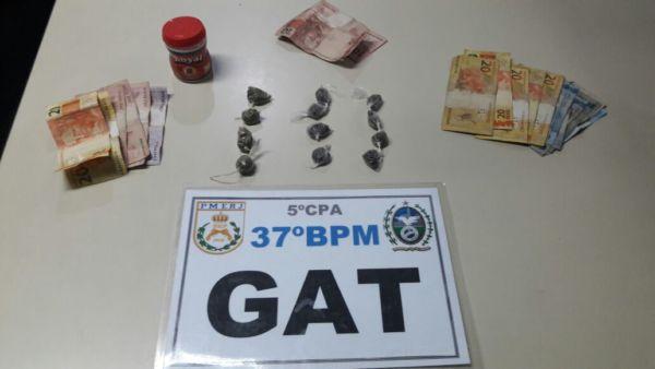 Drogas e dinheiro foram apreendidos com os suspeitos em Resende (Foto: Cedida pela Polícia Militar)