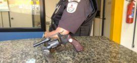 Homem é detido por porte ilegal de arma, em Rio das Flores