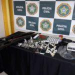 Armas, drogas e um farto material para endolação foram apreendidos com suspeitos no bairro São Luís, em Barra Mansa (Foto: Cedida pela Polícia Civil)