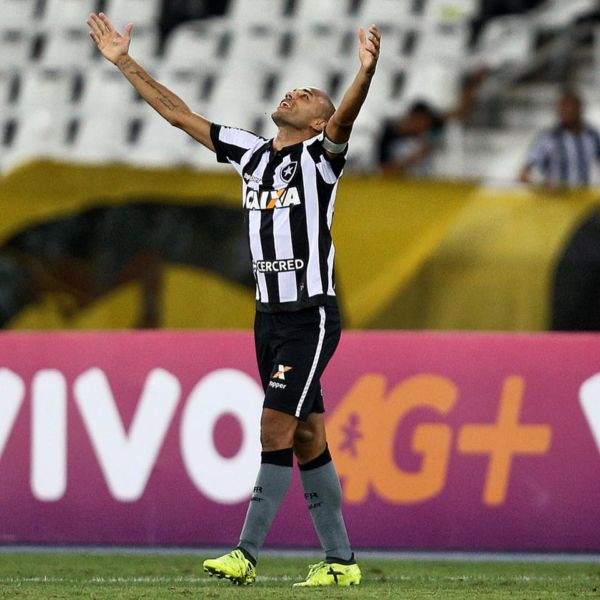 Boa notícia: Roger não precisará fazer quimioterapia e radioterapia por ter descoberto o tumor ainda em fase inicial (Foto: Reprodução/Botafogo F.R)