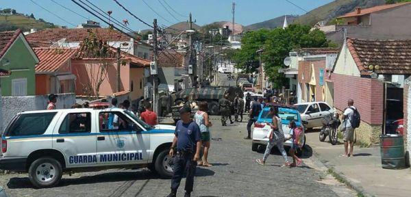 Carro blindado do Exército atingiu sete carros e muro de uma casa em Valença 9foto: Enviada pelo WhatsApp)