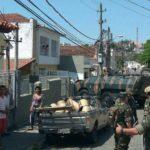 Carro blindado do Exército atingiu sete carros e muro de uma casa em Valença (foto: Enviada pelo WhatsApp)
