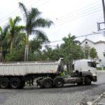 Danos: Tráfego de veículos pesados está causando rachaduras nas casas e ruas do distrito de Amparo, em Barra Mansa (Foto: Ascom PMBM/Paulo Dimas)