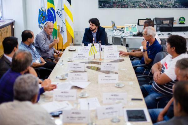 Conversando: Samuca disse que tomará todas as providências para que Rodovia do Contorno seja liberada para o tráfego (Gabriel Borges – Secom PMVR)
