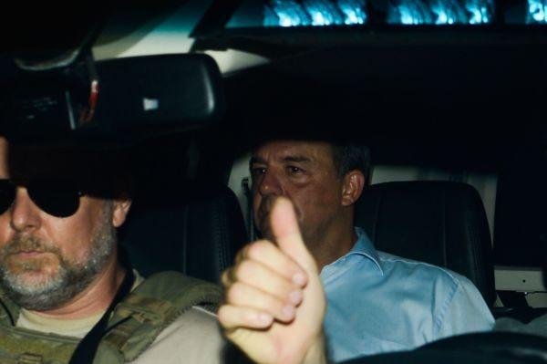 O ex-governador do Rio de Janeiro Sérgio Cabral é levado preso na operação Lava Jato em viatura da Polícia Federal
